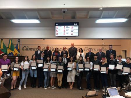 Vereadores Jovens recebem certificado de finalização de ano