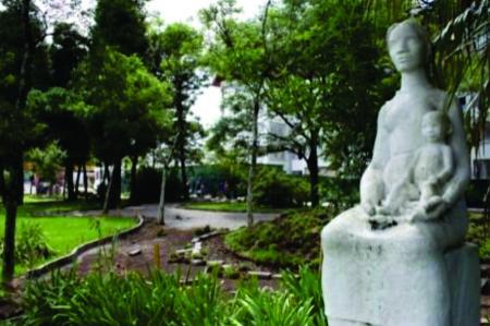 Solicita melhorias na Praça das Rosas, das Mães e Complexo Ernestão