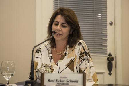 Vereadora Rosi Ecker Schmitt pede nomenclatura de rua e abrigo em parada de ônibus