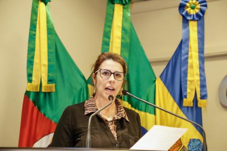 Vereadora Rosi sugere construção de abrigo de ônibus e colocação de placa
