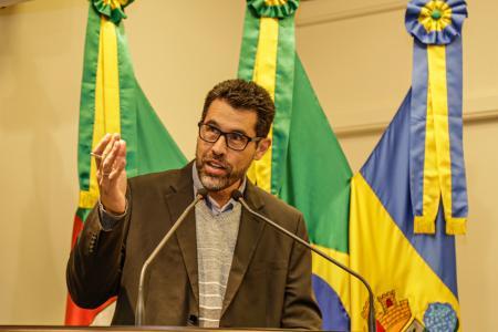 Vereador Rodrigo Paim pede informações sobre lotes isentos de IPTU e recolhimento de entulhos